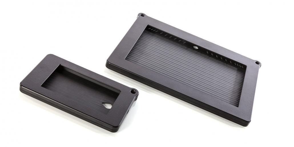 Tabletgehäuse im Einsatz: Tablet und Smartphone Kunststoffgehäuse mit Ösen für Umhängeriemen
